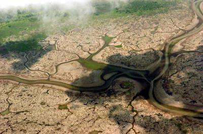Vista aérea del lago Anama que muestra el bajo nivel de afluencia debido a la sequía que se vive en el río Amazonas
